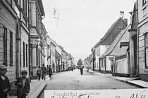 Jesenická ulice v Bruntále se před sto lety jmenovala Neisserstrasse. Fotografie jako pohlednice prošla poštou 13. června 1906.
