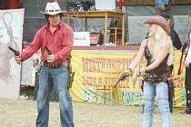 Žonglování s revolvery patří k soutěžním disciplínám, na které je radost pohledět.