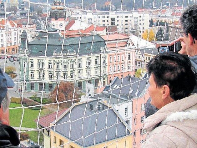 Výhled z věže kostela sv. Martina na Krnov je úchvatný. Původně věž fungovala také jako protipožární hláska, takže turisté mohou navštívit také miniaturní byt věžníka.