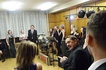 Pedagogové bruntálské základní školy na Petrinu připravili na plese půlnoční překvapení: zapěli Petrin song. Vpředu učitel Karel Mašlík.