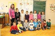 Prváčci ze Základní školy Svobodné Heřmanice se svou třídní učitelkou a současně ředitelkou školy Jiřinou Očenáškovou.