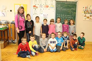 Prvňáčci ze Základní školy a Mateřské školy Andělská Hora se svou třídní učitelkou Pavlínou Doleželovou.