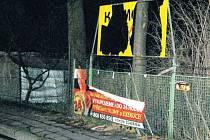 Na reklamní tabuli poblíž velkoobchodu na Ruské ulici se vyřádil vandal. Na vině je šestadvacetiletý mladík.