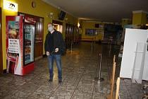 Krnovské kino Mír snížilo kapacitu sálu a zpřísnilo hygienická opatření, aby mohlo zase začít promítat. Diváci se zatím do kin moc nehrnou.