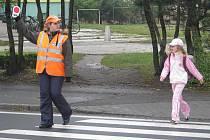 Strážci přechodů působí v Krnově pouhé dva měsíce, ale lidé si na ně rychle zvykli. Pomáhají hlavně dětem se dostat ráno do školy a odpoledne domů, zachránili však také člověka s epileptickým záchvatem.