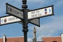 Prudnik připomíná, že leží 33 kilometrů od partnerského Krnova.