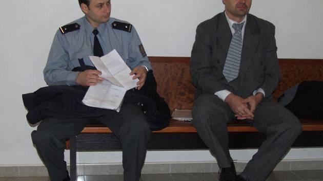 Okresní soud v Bruntále  po dnešním tříhodinovém jednání zprostil obžaloby policistu Martina Kováře (vlevo) i jeho bývalého kolegu Jana Pattermana.