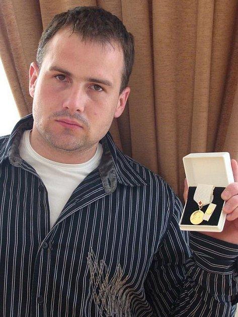Pavel Poljanský do své sbírky přidal další zlatou, která je pro tohoto otužilce a vytrvalostního plavce odměnou za jeho doposud nejdelší výkon. Už jedenáct let je dobrovolným dárcem krve.