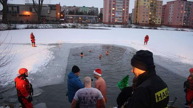 Bruntálský krystalek letos potřeboval asistenci hasičů, kteří vysekali díry v ledu Kobylího rybníka.