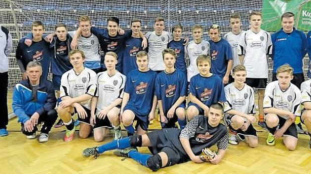 Mladíci Horního Benešova skončili v semifinálovém turnaji O pohár VV MS KFS v Opavě na druhém místě, to jim zajistilo účast v ostravském finále. Na snímku Hornobebešovští (v modrém) společně s vítěznými Kobeřicemi.
