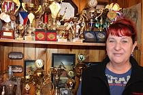 Poháry za úspěchy hornobenešovských handicapovaných kuželkářů. A to jde jen o část trofejí, které získala veleúspěšná Jana Martiníková.