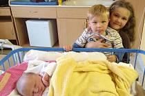 Jmenuji se BÁRA JANDOVÁ, narodila jsem se 15. září, při narození jsem vážila 3825 gramů a měřila 51 centimetrů. Rodiče se jmenují Simona a Tomáš, na fotce jsem se svojí sestřičkou Terezkou a bráškou Jakoubkem. Bydlíme v Oborné.