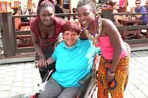 Hela Nejedlá z Krnova byla talentovaná sportovkyně. Svůj výtvarný talent objevila až poté, co ji ve 30 letech těžká nemoc upoutala na invalidní vozík.