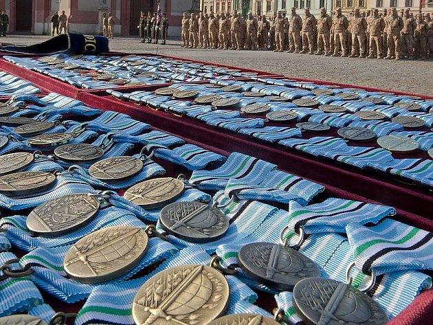 Vojáci působící v Afgánistánu převzali v pátek z rukou velitele generálního štábu medaile Za službu v zahraničí a čestné odznaky za zásluhy.