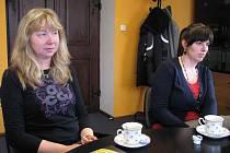 Marcela Pavlová, ředitelka Střediska volného času a Leona Pleská, vedoucí odboru školství a kultury rýmařovské radnice uvažují o jednotlivostech rekonstrukce střediska (zleva).