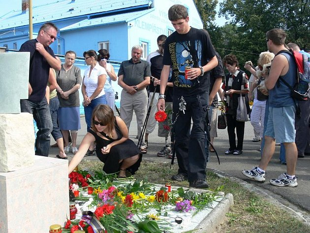 Přesně rok po tragickém železničním neštěstí se ve Studénce sešlo několik desítek účastníků tragedie, ktreá si 8. srpna 2008 vyžádal osm lidských životů a sedm desítek zraněných.