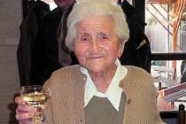 Berta Burešová, nejstarší občanka Krnova, zesnula po krátké nemoci ve věku 101 let. Snímek ji zachycuje na oslavě stých narozenin v krnovské restauraci U Halfarů.