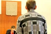 Řádnou školní docházku svých dvou dětí musí zajist Luděk D. (zády) s manželkou Miroslavou z Krnovska. Jinak budou muset znovu před soud.