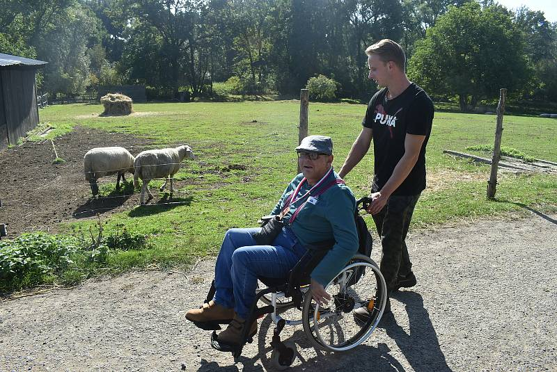 Fanoušci aut veteránů z Trofeo Niké zorganizovali pro klienty Sagapa výlet za zvířátky na Farmu pod Hradem. Říjen 2021.