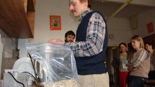 Konopné mléko  vyrobil  Robert Kautz na ochutnávku ve speciálním přístroji z konopných semínek. Představil Krnovanům konopí jako chutnou a zdravou potravinu. Pražená a loupaná semínka konopí chutnají jako oříšky, a proto jsou  přísadou různých tyčinek.
