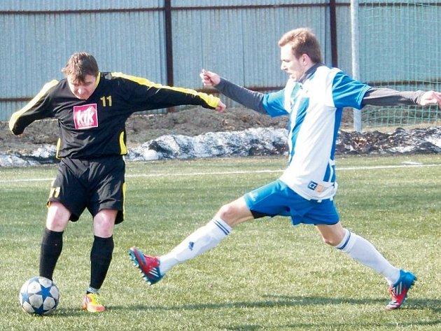 Z těsného vítězství v okresním derby I.B třídy na umělé trávě v Bruntále mezi Olympií a Krásnými Loučkami se po skončení radovali domácí fotbalisté.