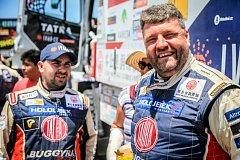 Martin Kolomý (vpravo) na společném snímku se svým parťákem z kabiny a stájovým mechanikem Tatra Buggyra Racing Jiřím Strossem.