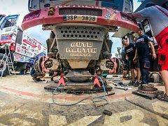 """Během volného dne mohli mechanici Tatra Buggyra Racing """"servisovat"""" kamionový speciál Phoenix, který řídí Martin Kolomý ze Starého Města u Bruntálu."""