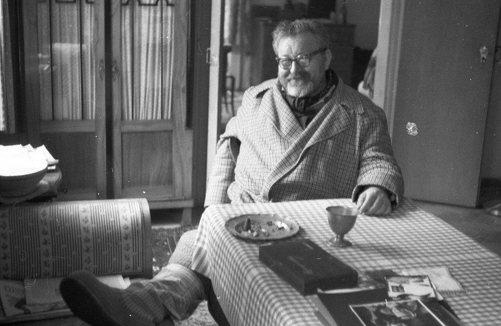 Jan Werich pozval Gustava Aulehlu do svého soukromí na Kampě. Při focení si spolu povídali o všem možném.