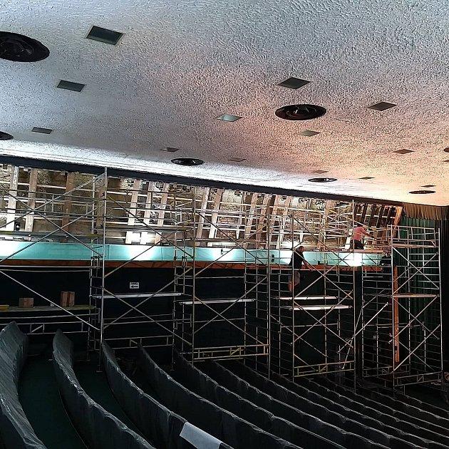 Krnovské kino Mír 70dokázalo využít období bez diváků krozsáhlé modernizaci zvuku a stavební rekonstrukci.