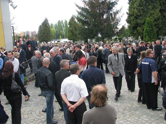 Desítky lidí se přišly v sobotu 10. května rozloučit se závodním jezdcem Miroslavem Fajkusem, který tragicky zahynul ve svém voze při závodu v Náměšti nad Oslavou v neděli 4. května.