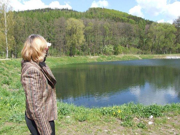 Vrbenská starostka Helena Kudelová ukazuje místo, kde od 30. května bude otevřeno zbrusu nové Biocentrum.