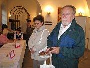 Vlasta Míčková (vlevo) prozradila, že ve volbách do krajského zastupitelstva volila stejně, jako když šla k volbám poprvé.