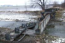 Likvidace železničního mostu přes řeku Opavici je v plném proudu.