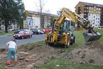 Výkopové práce pro parkoviště vznikající v proluce Květné a Revoluční ulice v Bruntále zahájili pracovníci technických služeb 31. srpna.