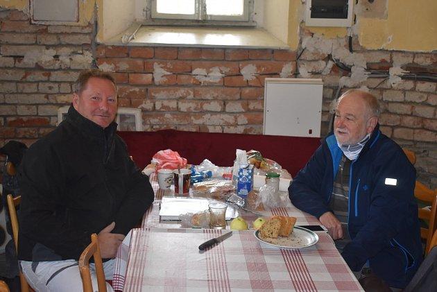 VHOLČOVICÍCH se setkali vsakristii šéf party řemeslníků Jan Pečinka a farář Pavel Zachrla. Byla radost naslouchat jejich povídání okostelech, které tak dobře znají.