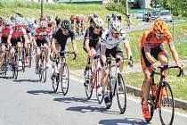 Peloton cyklistů na Ceně Krnova vede pozdější vítěz Josef Černý (vpravo v oranžovém dresu).