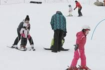 Nejen na Kopřivné si mohou dospělí užívat lyžování bez toho, aby se museli starat o své děti. O potomky se rádi postarají rádi v lyžařských školách.
