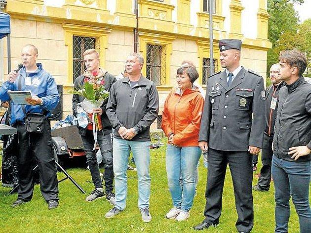 Zahájení Pochodu přátelství a podpory proběhlo u zámku v Linhartovech.