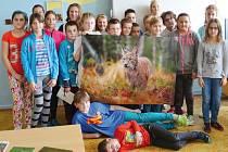 Školáky v Břidličné potěšila nejen beseda o rysech, ale i velký plakát s rysem, který dostal jméno Blondýn.