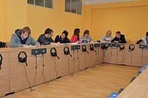 Velká jazyková učebna umožňuje studentům nabývat vědomosti zmodernizovanou výukou cizích jazyků.