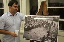 Krnované si oblíbily výstavy Pohledy na Krnov. Sběratel Jiří Křiva prezentuje zvětšeniny historických pohlednic a fotografií, které komentuje Alexandr Michl-Bernard z krnovského muzea.