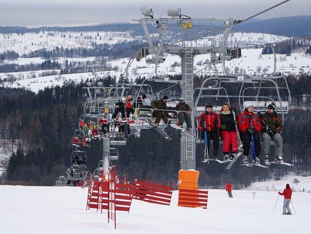 Čtyřsedadlová lanovka Skiareálu Avalanche v Horním Václavově zahájila svou první sezónu, ale o víkendu už měla plno.