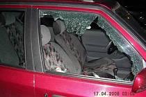 Dobrou práci strážníci odvedli ve čtvrtek 17. dubna. Nejprve přijali oznámení, podle kterého měli neznámí muži vykrádat auta zaparkovaná v Brožíkově ulici. Strážníci byli za pár okamžiků na místě a zjistili, že neznámí pachatelé rozbili okénka dvou aut.