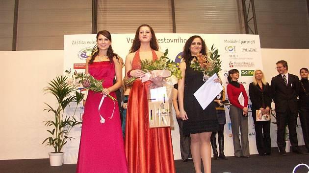 Ester Mušuková (v černých šatech) si zajela do Brna pro korunku za třetí místo v soutěži o top dívku Čech a Moravy Region Regina 2009.