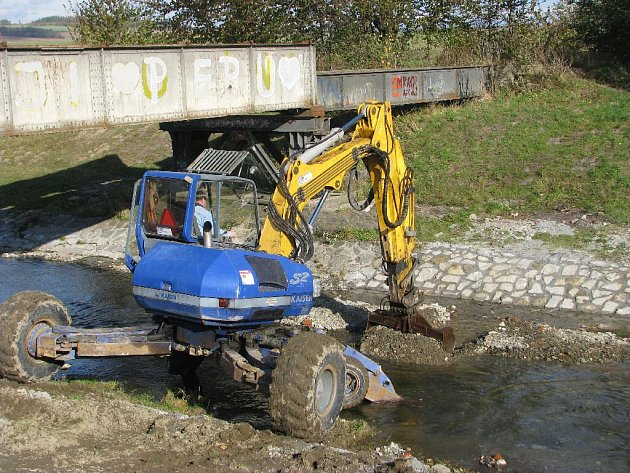 Pracovníci Povodí Odry s. p. ve spolupráci se specializovanými firmami dokončují práce na opravách koryta řeky Opavice v Krnově. Ilustrační foto.