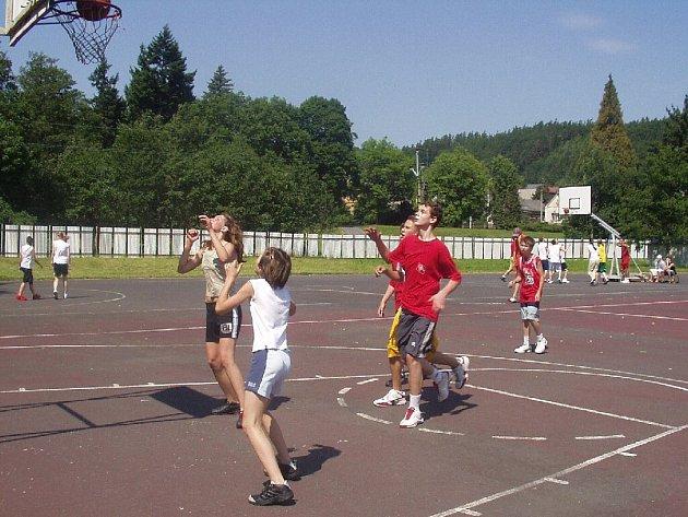 O street party je mezi mladými lidmi velký zájem.