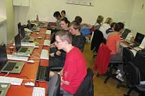 Počítačové klávesnice málem zavařili účastníci bruntálské soutěže pro studenty třetích ročníků středních škol a talentované mládeže.