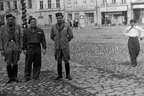 Sokolové v Bruntále. V roce 1947 na tehdejším Masarykově náměstí, dnes náměstí Míru, dostali sokolové vlajku, o rok později se chystali na slet do Prahy.