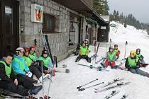 Lyžařský výcvik si užívají na Ovčárně děti ze Základní školy Datyňská ve Vratimově. Na snímku před stanovištěm tamní horské služby.