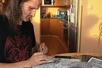 Dvacet let pracoval Jaromír Deather Bezruč jako svářeč, při tom jezdil po koncertech a zpracovával obaly pro prestižní kapely vyznávající metalovou hudbu. Nyní grafik na desky kapel z celého světa umisťuje motivy bruntálského okresu.
